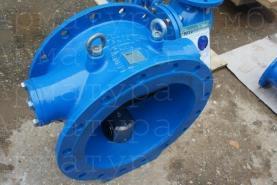 Обратный клапан с наклонным седлом и внутренним демпфером Ду400 Ру10 из ВЧШГ